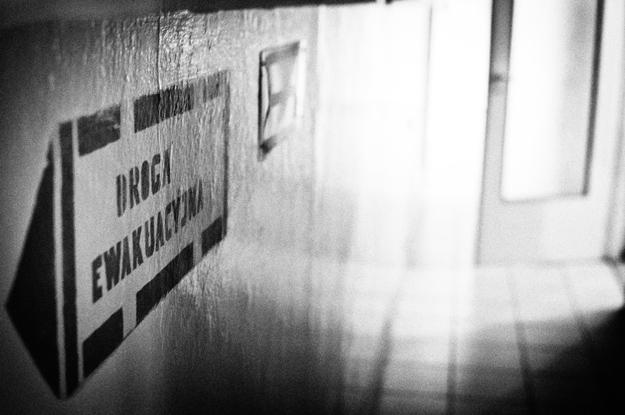 Korytarz; corridor; droga ewakuacyjna; emergency exit; światło; light