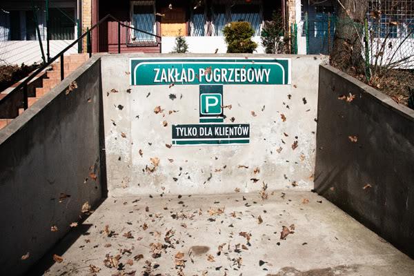 zakład pogrzebowy, under takers, liście, leaves, parking