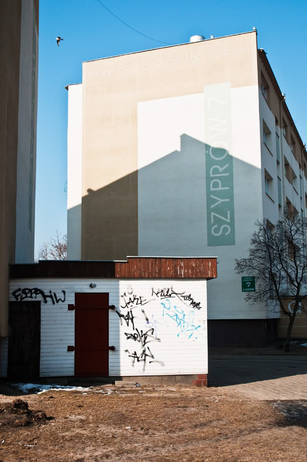 Bloki, blocks of flats, ptak, bird, niebo, sky, cień shadow, Polska, Poland, Gdańsk Żabianka