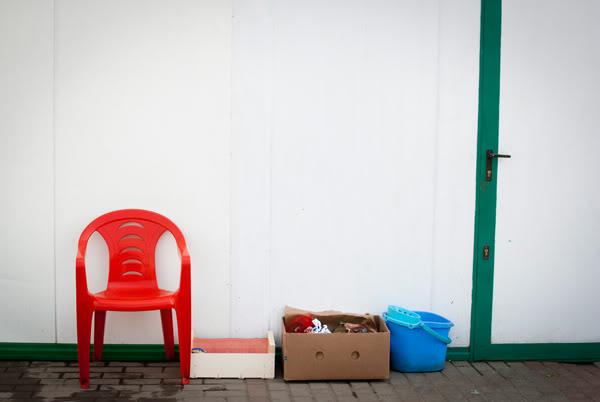 ściana; wall; krzesło; chair; kartony; boxes