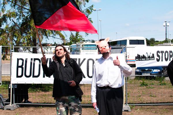 10 urodziny PO; platforma obywatelska; anarchiści; świnia; flaga; ERGO Arena; Gdańsk; Żabianka; Czerwiec; 2011;  swine; flag; anachry