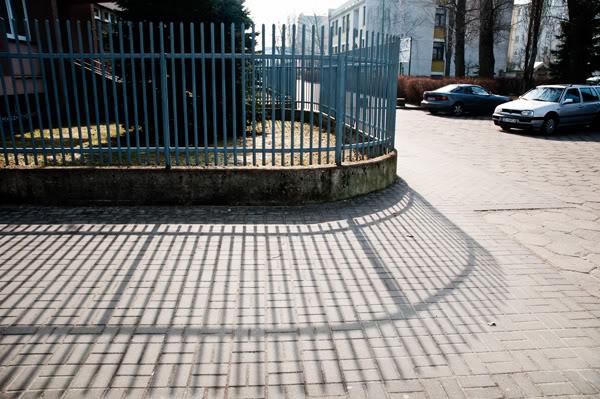 płot, fence, cień, shadow, samochody, cars