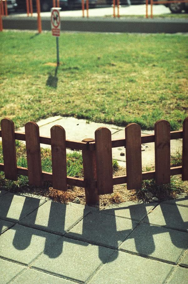 przymorze; obrońców wybrzerza; płotek; fence; cień; shadow