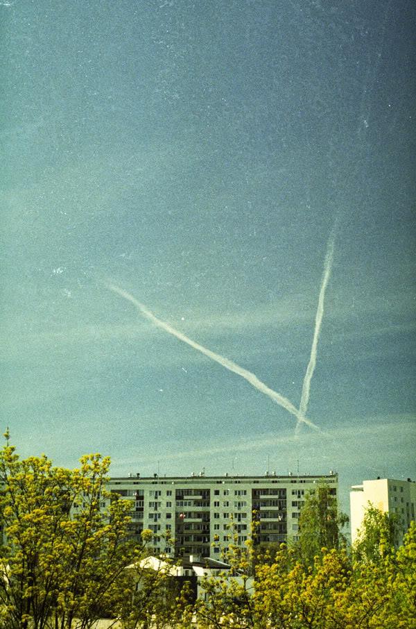 samoloty; airplanes; niebo; sky; żabianka; bloki; block of flats