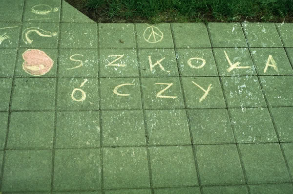 Napis; Sign; Ziemia; Ground; Szkoła uczy; szkoła óczy; school teaches; school teacheez