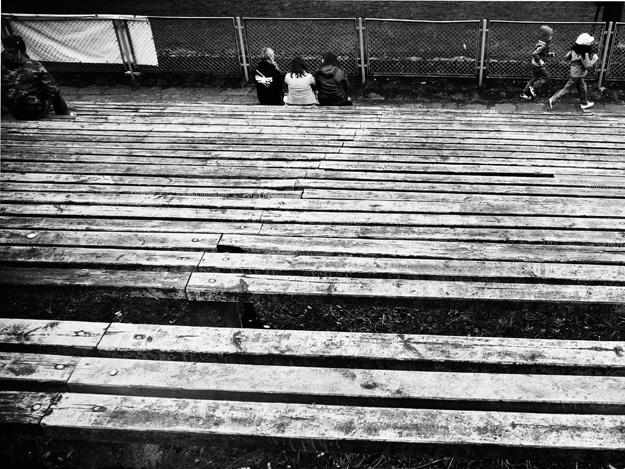 Ławki; benches; trybuny; stands; manipulacja; manipulation