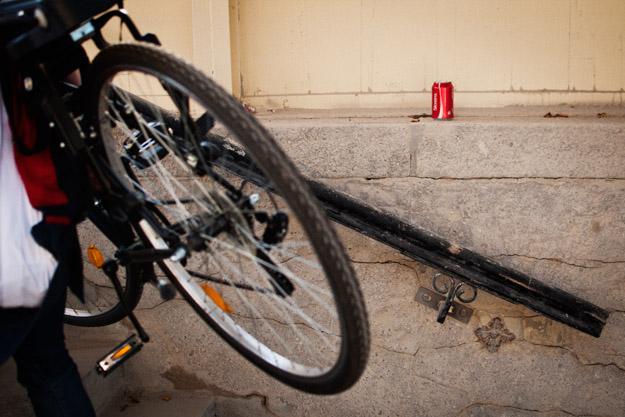 rower; bike; poręcz; rail; cola; puszka; can