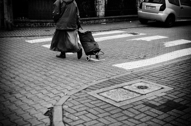 przejście; passage; wózek; cart; ulica; street