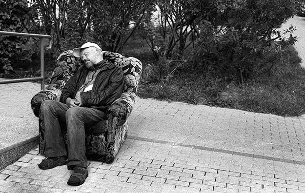 bezdomny; Homeleess man;  zmęczony; zmęczenie; tired