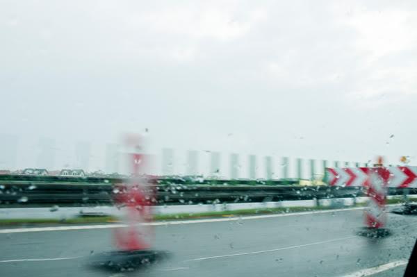2011; droga; maj; pachołki; poruszone; samochód; znaki;