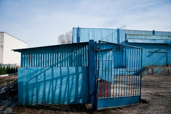 niebieski, blue, ściana, wall, cień, shadow, niebo, sky, płot, fence