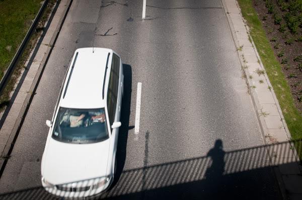 zaspa; wiadukt; bridge; cień; shadow; droga; road; samochód; car