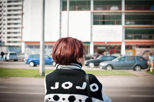 przymorze; primore; jojo; kobieta; woman; sweter; ulica; street