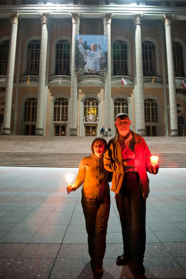 2011; Licheń; bazylika; dugi czas; ludzie; maj; noc; schody; świece;