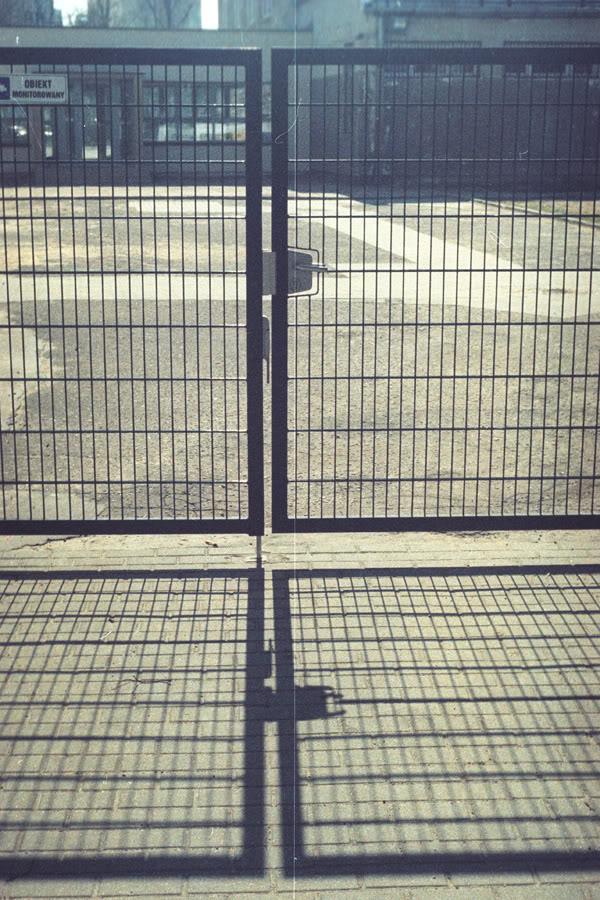 Brama; gate; cień; shadow; żabianka; szyprów