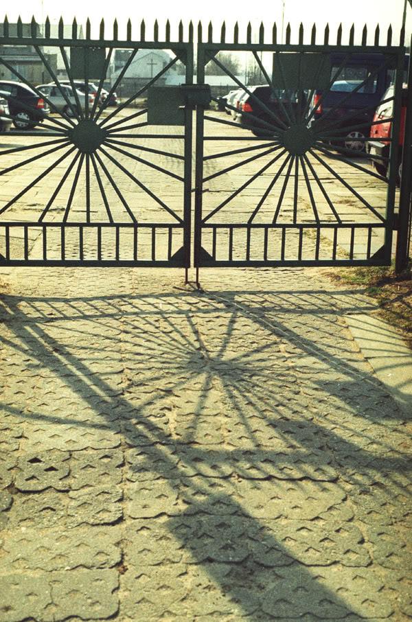 brama; gate; cień; shadow; przymorze; szyprów