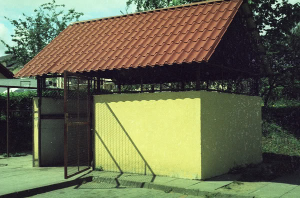 śmietnik; trash; cień; shadow; drzwi; door