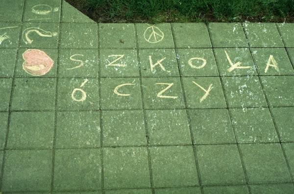 Napis; Sign; Ziemia; Ground; Szkoła uczy; szkoła óczy; school teaches; school teacheez